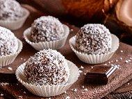 Рецепта Бисквитени бонбони / топчета с течен шоколад и кокосови стърготини без печене